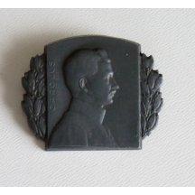 Čepicový odznak s portrétem Karla , líc a rub