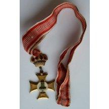 Stuha s křížem a císařskou korunou ve zlatém zpracování