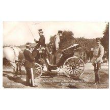 Pohlednice s Františkem Josefem v kočáru a stojící Franz Ferdinand ďEste