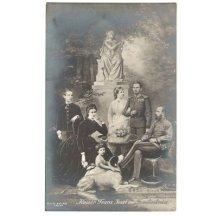 Císař Franz Josef s rodinou na fotografii, stojící před sochou