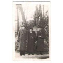 Lidé z civilu vyfoceni před sochou Františka Josefa