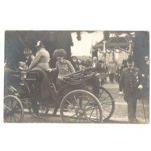 Císař Franz Josef nastupuje do připraveného kočáru