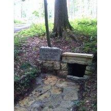 Damníkov, pamětní kámen nad Damníkovskou hájenkou