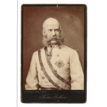 Fotografie sedícího Franz Josefa v bílém kabátě